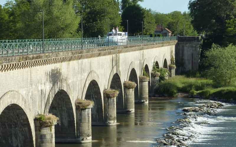 Bateau en Bourgogne le long du canal